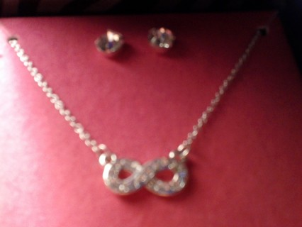 Beautiful Necklace And Earring Set/Gift Box