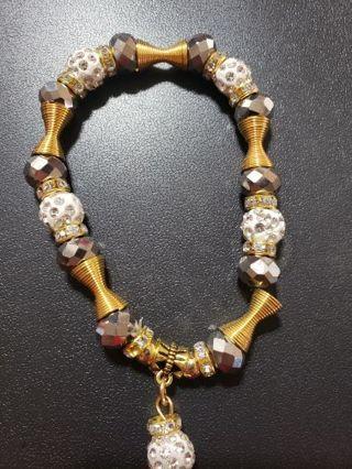 One gold stretchy bracelet