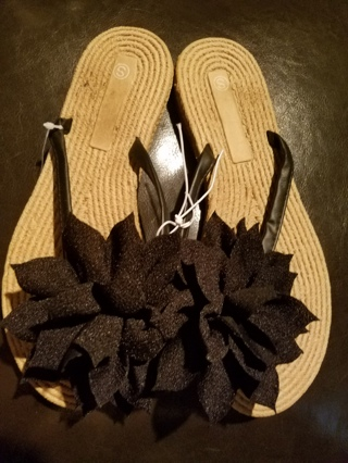 NWT!! Very Cute Ladies Flower Sandals Size 5/6